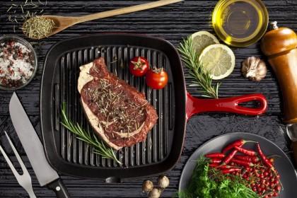 Сочный поджаристый стейк за 5 минут: ТОП сковородок-гриль для современной кухни