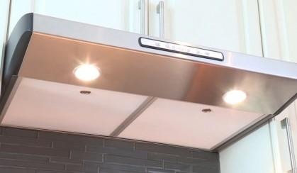 Без пара, жира и едких запахов: ТОП-5 козырьковых вытяжек для небольшой кухни