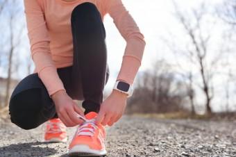 5 лучших браслетов и умных часов для бега